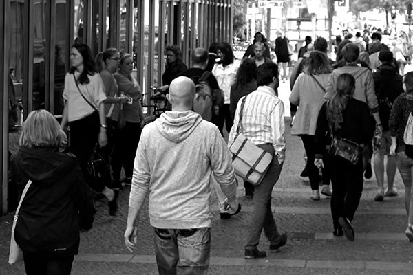 Folkmassa på en gågata.
