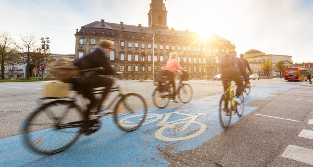 Personer som cyklar på en cykelbana.