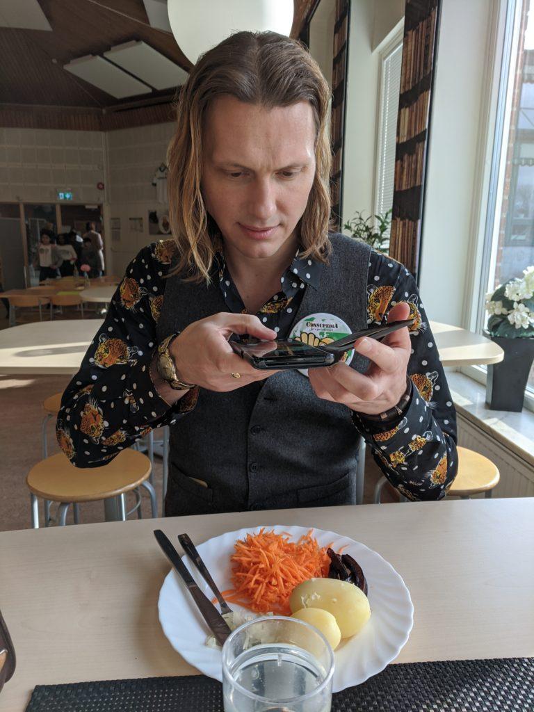 Person som fotograferar sin tallrik med mat.